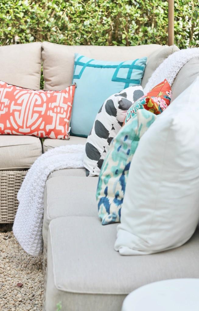 Hamptons Inspired Backyard Reveal-Mix of Modern Outdoor Pillows