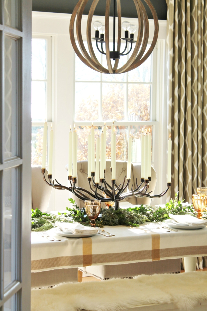 city-farmhouse-holiday-dining-room-with-birch-lane-gold-navy